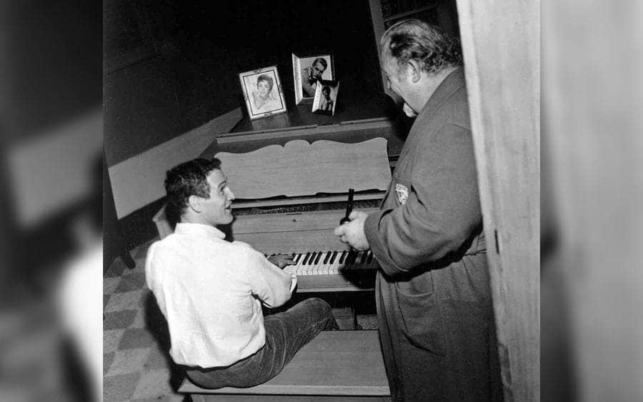 Paul Newman as Brick Pollitt, sitting at a piano, and Burl Ives as Big Daddy