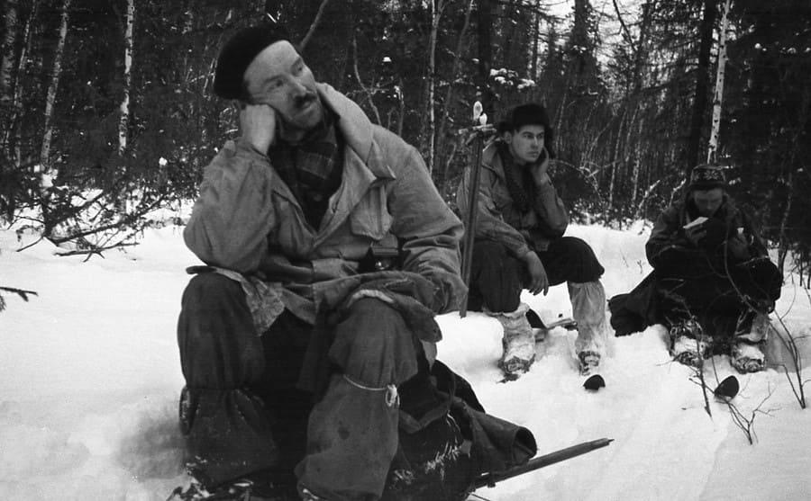 Zolotaryov, Doroshenko and Dyatlov sitting around in the snow taking a break