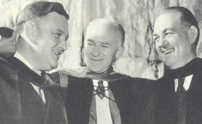 Ernie Pyle posing with two men