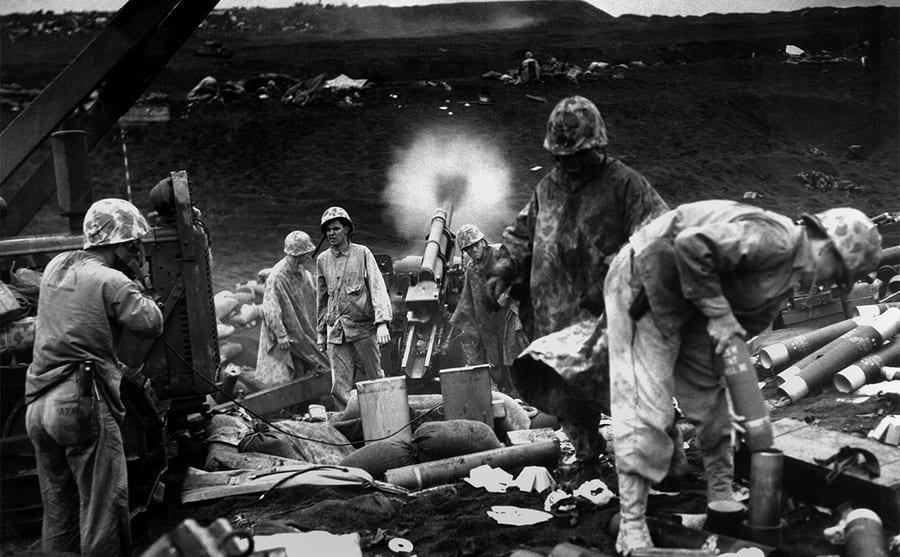Soldiers preparing artillery shells