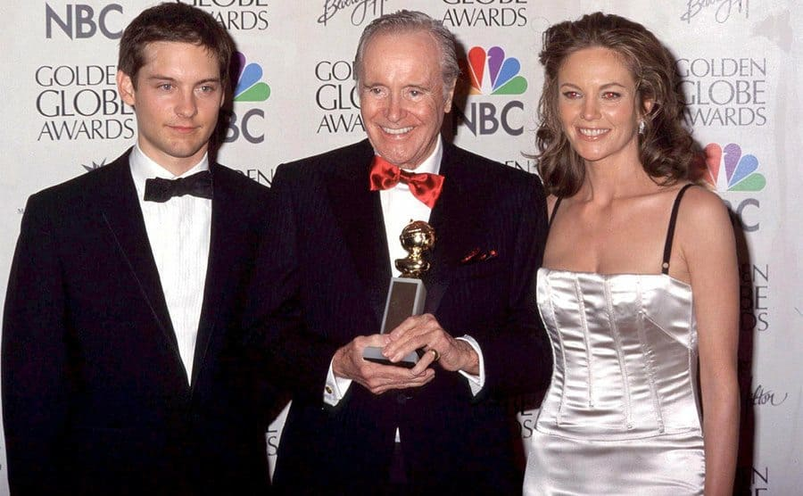 Jack Lemmon holding a statue, standing between Tobey Maguire and Diane Lane