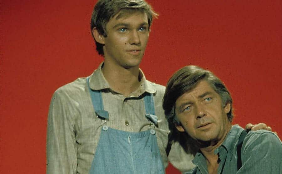Richard Thomas standing next to Ralph Waite