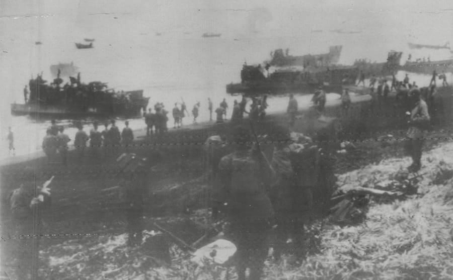 American troops coming ashore in landing barges