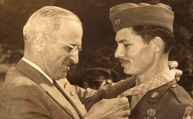 Desmond Doss receiving the medal of honor from President Truman
