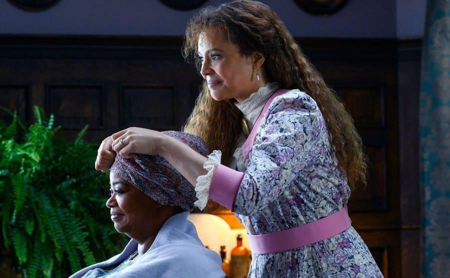 Carmen Ejogo as Addie Monroe doing Octavia Spencer's hair in Self Made