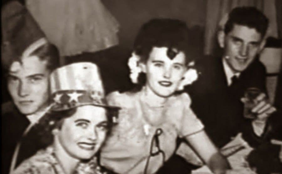 Elizabeth Short hanging out with friends