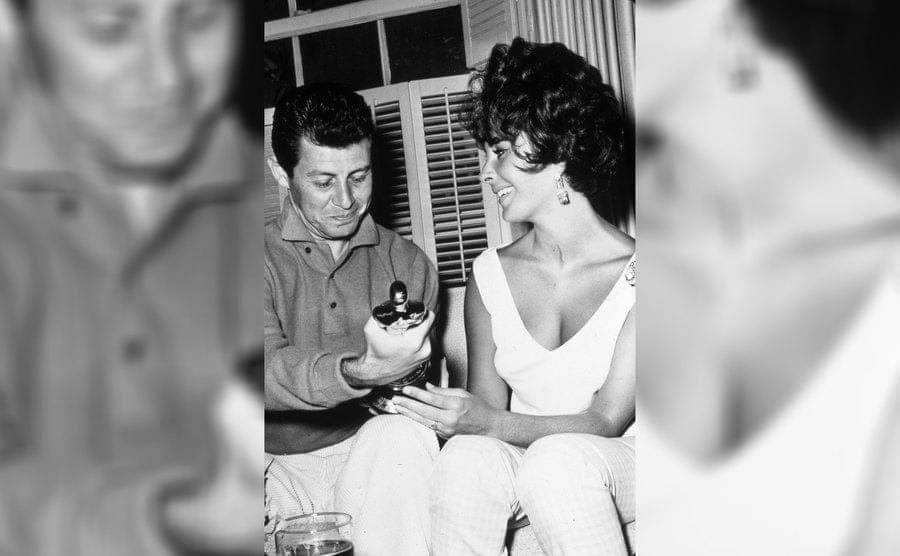 Elizabeth Taylor and Eddie Fisher holding her Academy Award in 1961.