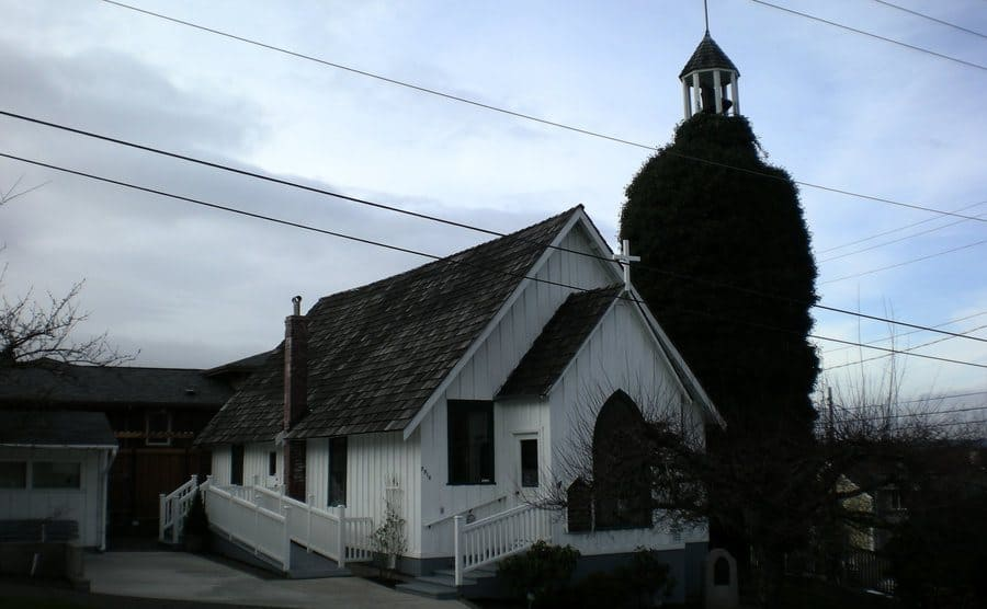 Exterior view to a church.