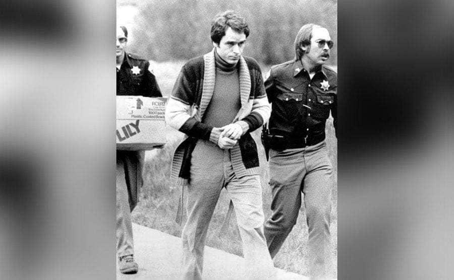Two officers escort Bundy after his arrest.