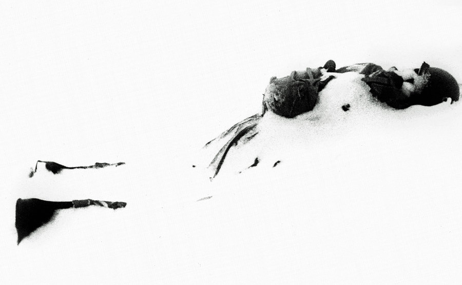 A soldier falls numb in the snow.