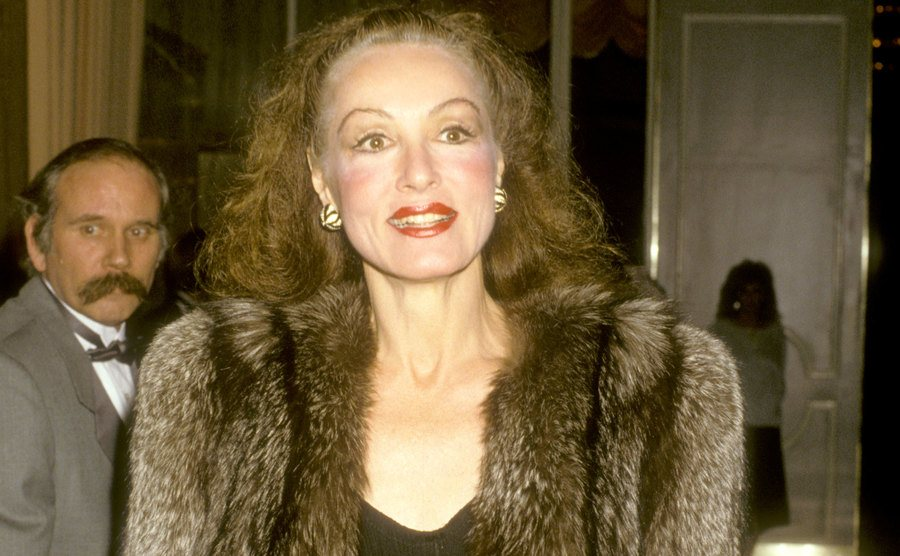Julie Newmar is wearing a fur coat at the Beverly Hilton Hotel in 1986.