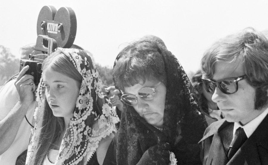 Roman Polanski with Gwendolyn Tate and her younger daughter at the funeral of Sharon Tate.