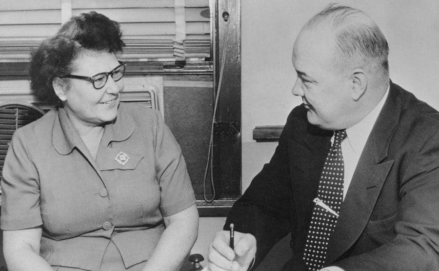 A Captain interviews Nannie Doss at the police station.
