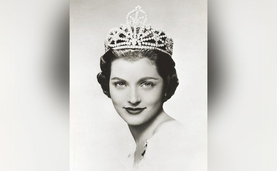 An official portrait of Lee Meriwether as the crowned Miss America.