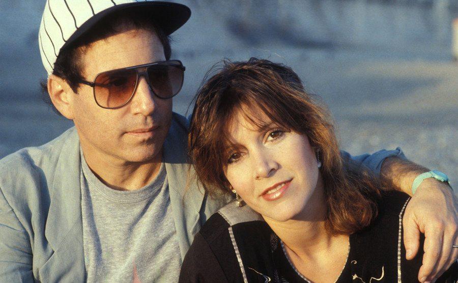Paul Simon et Carrie Fisher on the beach.