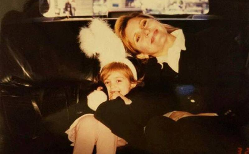 Carrie Fisher sits with Billie Lourd in the back seat of the car.