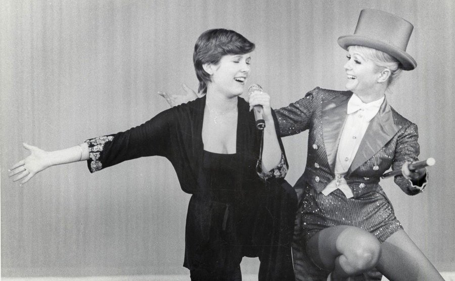 Carrie Fisher and Debbie Reynolds sing and dance together.